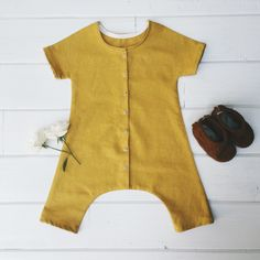 The Duke Jumpsuit is the perfect unisex jumpsuit. Inspired by vintage coveralls, this modern take is our go to summer outfit. Short sleeves, and cropped legs make for an airy and comfortable garment. Snaps all the way down center front make diaper changing a breeze. Composition:Linen Blend*All items are made to order and will ship within 3-4 weeks of placing order