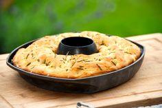 Grillet focaccia i kyllingeholder: Brug kyllingeholderen til at bage et godt brød i grillen, hvor du får et sprødt og saftigt focaccia brød. Så nemt kan du lave grillet focaccia i kyllingeholder, o…