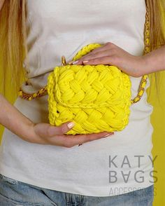 For most ladies, getting a genuine designer bag isn't something to hurry straight into. Because these hand bags can easily be so pricey, ladies typically worry over their decisions prior to making an actual ladies handbag purchase. (Re:Ladies Clutch. Crochet Pouch, Crochet Gloves, Crochet Purses, Bead Crochet, Crochet Bags, Yarn Projects, Crochet Projects, Bag Pattern Free, Yarn Bag