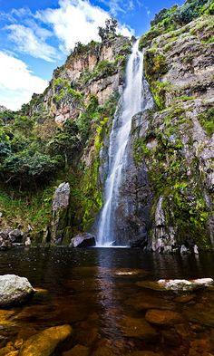 Cascada del Vino. Es una caída de agua de 90 metros de altura y a 1.600 metros sobre el nivel del mar. Está ubicada a 40 minutos del poblado de Barbacoas, vía Hato Arriba (Humocaro Bajo), dentro del Parque Nacional Dinira.