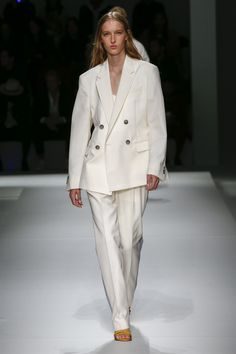 Boss Spring 2019 Ready-to-Wear Fashion Show Collection: See the complete Boss Spring 2019 Ready-to-Wear collection. Look 56 Hugo By Hugo Boss, Fashion Pants, Fashion Outfits, Fashion Sandals, Catwalk Fashion, Beachwear For Women, Fashion Show Collection, White Fashion, Spring Summer
