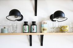 zoom cuisine . Les appliques Jieldé en noir mat donnent du caractère au mur de cette cuisine ouverte