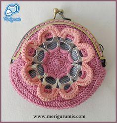 Monedero flor rosa Crochet Art, Crochet Flowers, Crochet Patterns, Crochet Coin Purse, Crochet Purses, Ring Crafts, Jewelry Crafts, Soda Tab Crafts, Pop Tabs