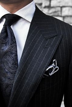 A paisley tie with a pinstripe suit will Never go out of style. Mens Fashion Blog, Fashion Mode, Suit Fashion, Male Fashion, Fashion Menswear, Cheap Fashion, Fasion, Style Gentleman, Gentleman Mode