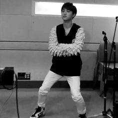 "D.O doing Brown Eyed Girls ""Abracadabra"" hip dance XD"