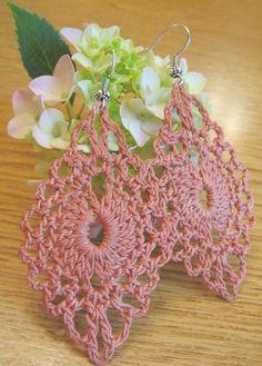 BRINCOS Crochet Jewelry Patterns, Crochet Earrings Pattern, Crochet Bikini Pattern, Crochet Accessories, Wire Crochet, Thread Crochet, Crochet Crafts, Crochet Stitches, Crochet Projects