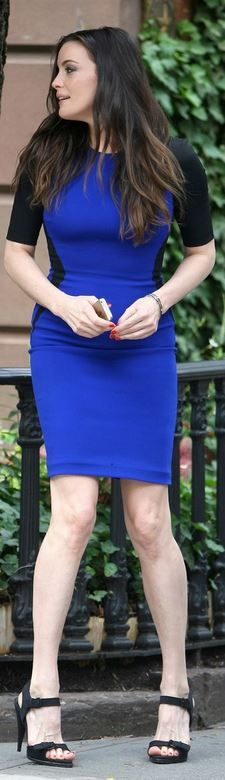 Liv Tyler - Stella McCartney Hourglass - Colorblock blue black dress and Givenchy black buckle sandals