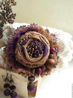 Купить Комплект Виолетта. Текстильная брошь-роза и серьги - коричневый, фиолетовый цвет, брошь купить