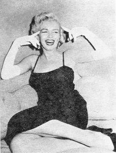 *-*1954_06_PhotographyMag_Report_04_byEarlWilson_020_1 ■Après la fête, Marilyn Monroe rejoint le chroniqueur Earl Wilson et sa femme dans une chambre à l'étage pour une interview accompagnée d'une session photos, par Earl Wilson.