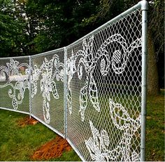 Lace modification on boring fencing. Demakersvan made intricate patterns of lace by hand, using a single thread.