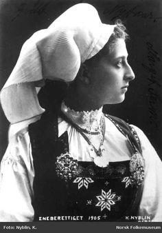 Digitalt Museum - Portrett, dronning Maud, i Hardangerdrakt 1905. Nordiska Folkemuseum, Sweden