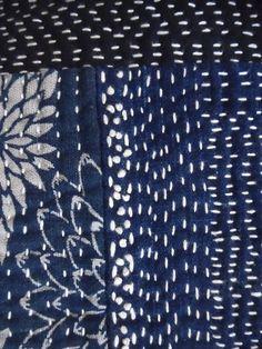 こちらも素晴らしい作品です太い糸で総刺しして、全て手縫いの斜め掛けバッグは、長さ調節可能なのでショルダーとしても使えます藍無地・絵絣・型染などをはぎ合せて刺し子していますかぶせ部分を持ち上げても刺し子持ち手は糸味の良い縞木綿で、