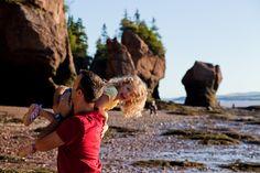 Plaisirs en famille à marée basse aux Hopewell Rocks // Nouveau-Brunswick, Canada