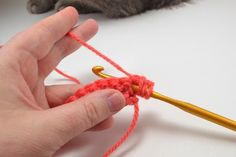The puff or bobble crochet stitch is as simple as single and double crochet. This stitch that will provide amazing texture to your hooked bits! Crochet Puntada Bobble, Bobble Stitch Crochet, Crochet Stitches For Beginners, Crochet Stitches Patterns, Stitch Patterns, Diy Crochet, Crochet Ideas, Crochet Projects, Crochet Necklace