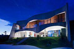 Varanda de concreto com curvas e escada sinuosa são destaques do projeto de Ruy Ohtake - Casa e Decoração - UOL Mulher