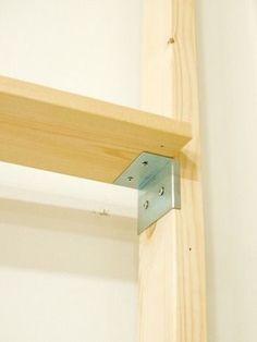 2×4材のサイズに端が折り曲げてあるから、それが水平を取る際のガイドとなり、誰でもかんたんに棚を作成することが出来ます。