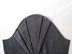 Tuto : les plis du manteau origami - Couture Stuff | French site with a tutorial (with lots of photos) for sewing this pleated sleeve