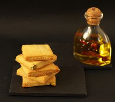 Crackers with olive oil and Gran Perdona cheese Crackers, Olives, Caviar D'aubergine, Mets, Nutritious Meals, Cornbread, Finger Food, Veggies, Gluten