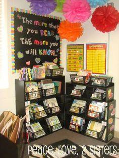 """Idea para un rincón de biblioteca: un poster que inspire (este dice """"Cuanto más lees, más sabes"""") y canastos para los libros ~*~*~ Idea for a library corner: an inspirational poster and baskets for the books"""