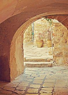 La cálida luz del Mediterráneo oriental se filtra por los pasadizos de Jerusalem en un marco de increiíble serenidad.