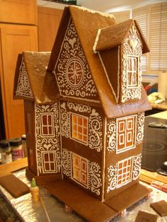 Lovely piped royal icing decoration on this gingerbread house. Gingerbread House Designs, Gingerbread Village, Christmas Gingerbread House, Noel Christmas, Gingerbread Man, Christmas Treats, Christmas Baking, Gingerbread Cookies, Christmas Cookies
