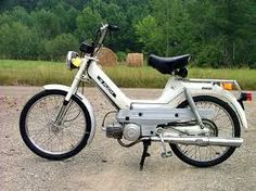Dit is hem, die had ik. Motor Scooters, Vespa Scooters, Triumph Motorcycles, Custom Motorcycles, Puch Maxi, Puch Moped, Mini Motorbike, Motorcycle Quotes, Girl Motorcycle