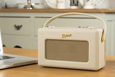 Voyagez dans le temps avec la radio internet Robert iStream 2 au look rétro. Ce petit bijoux rétro-moderne est un véritable concentré de design et de fonctionnalités dernier cri. http://www.laboutiquederic.com/poste-radios-internet-triple-tuners-web-fm-dab/640-roberts-istream-2-radio-internet-wifi-sans-fil-upnp-dab-fm-beige-5038301303709.html