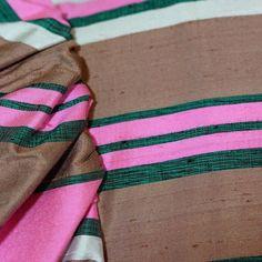 Sehr schönes edles Dirndl aus grau rosa weiß und grün gestreifter Seide mit halblangen Puffärmeln. Es ist vorne mit Knöpfen zu schließen. Dazu gehört eine passende Schürze aus dem selben...