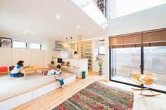 広いLDKには、ご主人の希望で小上がりの和室を配置。朝食はカウンターで、夕食は家族みんなで畳に座って、と使い分けできる。