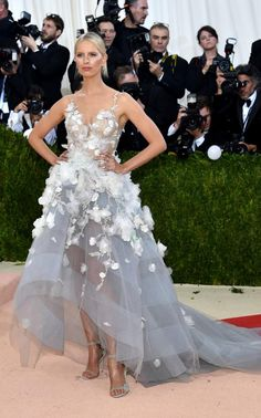 Karolina Kurkova proudly sported the 'Cognitive Dress',a collaboration between IBM and fashion house Marchesa, whichreacts to social media emotions