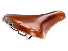 Brooks Team Pro Chrome  Honing  Brooks Team Pro Chrome Zadel:  Rails: Chromium Plated Steel. Copper rivet.  Leer gespannen over metalen structuur.  Afmetingen: Lengte 273mm x Breedte 160mm x Hoogte 67mm.  Pasbaar op elke zadelpen met twee railsen.  Gewicht: 540 grs. Beschrijving De Team Pro Professional is een klassiek Brooks zadel ontworpen met de behoeftes van fietsers in gedachten. Dit model is in productie voor meer dan een halve eeuw afgeleid van de oude B17 Competition. Dit zadel heeft…