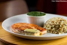 Doce Delícia - Filé de salmão ao molho de ervas acompanhado de creme de espinafre com Cream Cheese Philadelphia e arroz de amêndoas (almoço)