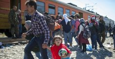 20150912 - Imigrantes e refugiados embarcam em trem, neste sábado (12), após cruzarem a fronteira entre a Grécia e a Macedônia, na região da cidade macedônia de Gevgelija. Cerca de 7,6 mil imigrantes entraram na Macedônia em apenas 12 horas durante a noite de sexta (11), um recorde segundo representantes da ONU (Organização das Nações Unidas) citados pela mídia do país. PICTURE: Robert Atanasovski/AFP