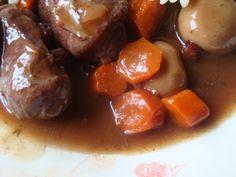 pour 4 perssones 500 g de joues de boeuf 100 g de lardon 500ml de vin rouge 2 oignons 6 carottes 100 g de champignons de paris 2 gousse d,ail 1 bouquet garnie 2 cuillére de fond de veau huile olive sel et poivre manuel préchauffage dorer la viande et...