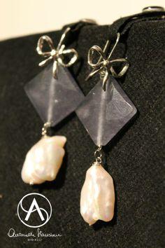 Orecchini in argento, con amo forma di fiocco, rombi di quarzo grigio e perle barocche finali.