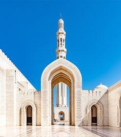 Grande Moschea del Sultano Qaboos, la terza più grande moschea del mondo ed il luogo di culto più imponente dell'Oman. Notre Dame, Taj Mahal, Building, Travel, Viajes, Buildings, Trips, Traveling, Tourism