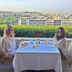 Morning Greece! Amazing breakfast view! ------- Bom dia, Grécia Linda! Café da manhã com minha roomie @fabianajustus ! #abelezanasceunagrecia #chegoukorres @korresbr @fhits