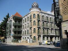 Calle Padre Moret, cruce con calle General Chinchilla. Pamplona. El edificio de la cúpula es la actual sede de la escuela de música Joaquín Maya, del Ayuntamiento Pamplona. (2016)