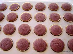 Estes cupcakes são fáceis e rápidos de fazer e ultra versáteis. Use de base para diversas coberturas e recheios. Esta receita rende 24 cupcakes tamanho padrão ou 72 minis. INGREDIENTES 240 gr. de farinha de trigo 360 gr. de açucar 45 gr.