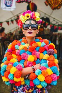 How to make a Pom Pom jacket. Festival Mode, Festival Dress, Festival Looks, Festival Outfits, Festival Fashion, Diy Festival Clothes, Festival Makeup, Festival Style, Pom Pom Jumper