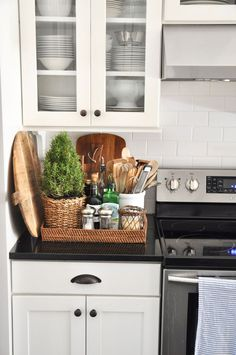 Home Decor Kitchen I love a basket with kitchen essentials next to the stove.Home Decor Kitchen I love a basket with kitchen essentials next to the stove Kitchen Countertop Organization, Best Kitchen Countertops, Kitchen Worktop, Kitchen Remodeling, Decor For Kitchen Counters, Remodeling Ideas, Kitchen Cabinets, Quartz Countertops, Kitchen Backsplash