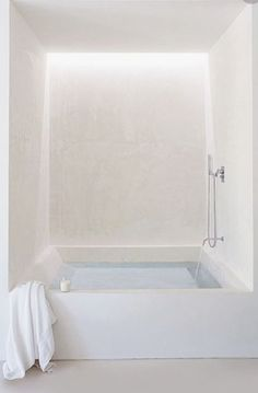 Bathtub for all in tadelakt. Perfect to create spa ambiance at home Home Interior, Bathroom Interior, Modern Bathroom, Small Bathroom, Interior Architecture, Interior And Exterior, Interior Decorating, White Bathroom, Bathroom Taps