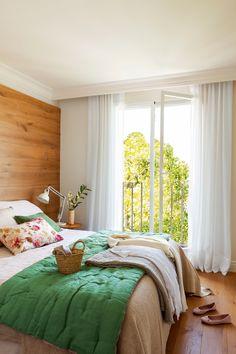 Dormitorio. Cama con pared cabecero forrada de madera (00411719)