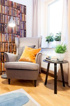 Öronlappsfåtölj Strandmon Ikea, sidobord Bella från Hay, kuddar från Mimou, tapet från Andrew Martin