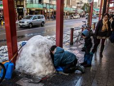 And here's one more picture from last weekend's snow (in the meantime we had one more round yesterday): kids building an igloo at Kaminarimon Dori/Street -hard to believe this is Asakusa, right?