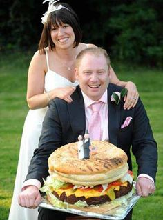 Ever been to burger king? this one is just king of kings. Who needs a wedding cake when you can have a big burger for your wedding, what an awesome way to celebrate your wedding :) Crazy Wedding Cakes, Unusual Wedding Cakes, Creative Wedding Cakes, Amazing Wedding Cakes, Wedding Cake Designs, Amazing Cakes, Wedding Ideas, Wedding Inspiration, Wedding Candy