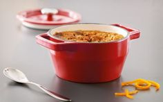 1. Precalentar el horno a 180 °C.  2. Untar el fondo de las mini cacerolas con el caramelo líquido.  3. En un bol de vidrio batir los huevos con la leche, añadir el pan de especias cortado en troc