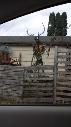 """A proper scarecrow. """"A house I pass on the way to work has this sculpture in its yard. Its about 8 feet tall. Halloween Prop, Casa Halloween, Scary Halloween Decorations, Outdoor Halloween, Halloween 2020, Halloween Crafts, Holiday Crafts, Scarecrows For Garden, Helloween Party"""