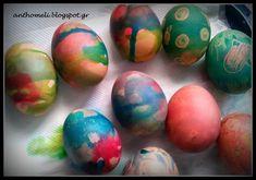 Δείτε έναν εύκολο τρόπο να βράσετε τα πασχαλινά αυγά. Βάψτε αυγά παρέα με τα παιδιά με κηρομπογιές και χρώματα ζαχαροπλαστικής. Το βάψιμο γίνεται παιχνίδι! Egg Decorating, Easter Gift, Food Coloring, Gift Baskets, Easter Eggs, Diy And Crafts, Goodies, Colours, Blog