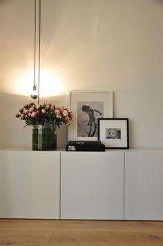 Sideboard im minimalistischen Stil simple mit schwraz-weißen Fotos dekoriert